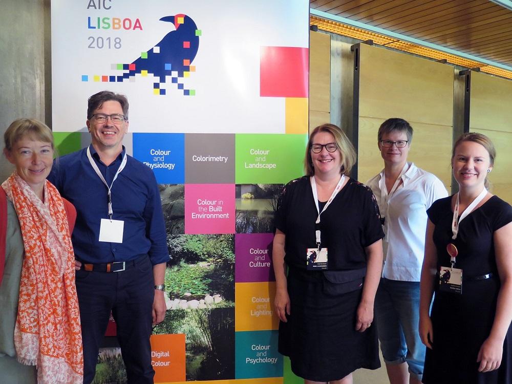 Suomen väriyhdistyksen jäseniä AIC 2018 -konferenssissa Lissabonissa.Vasemmalta oikealle: Kati Winterhalter, Harald Arnkil, Nina Laaksonen, Saara Pyykkö ja Kaisli Oksa.