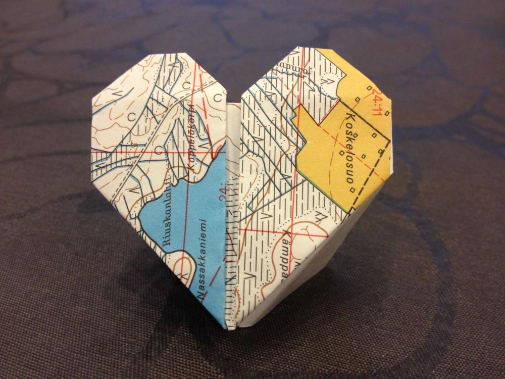Kartasta on taiteltu sydän.