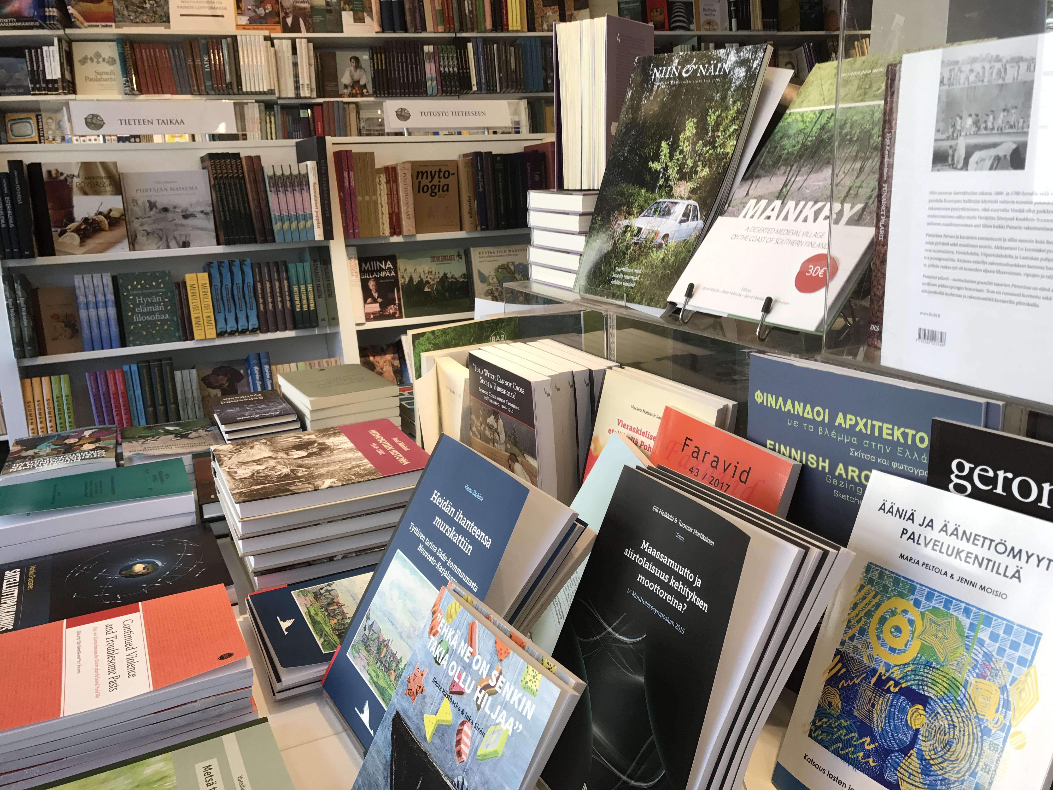 Tiedekirjan kirjoja esillä myymälässä.