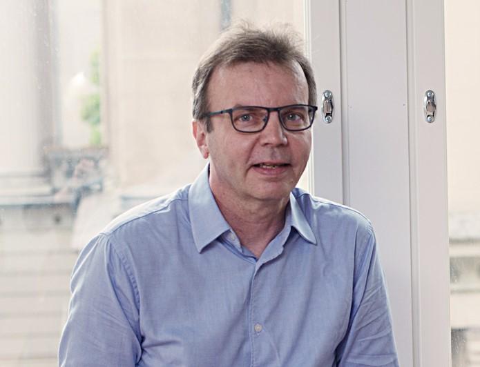 Ilari Hetemäki istuu ikkunan edustalla.