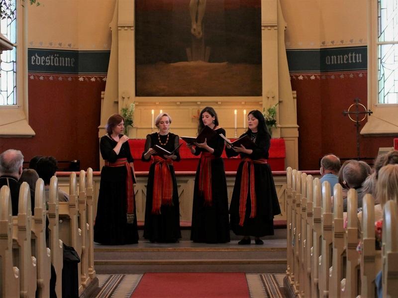 Moskovalainen lauluyhtye Uzorika esiintyy Joensuun kirkossa muinaisvenäläisen laulutaiteen konsertissa kesällä 2019.
