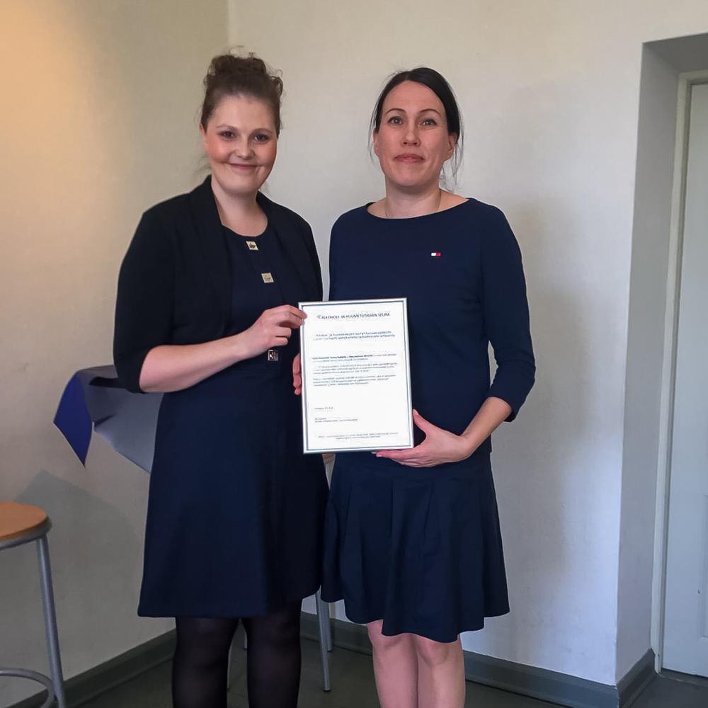 Heidi Marjonen ja Nina Kaminen-Ahola vastaanottamassa AHR:n palkintoa vuonna 2018.