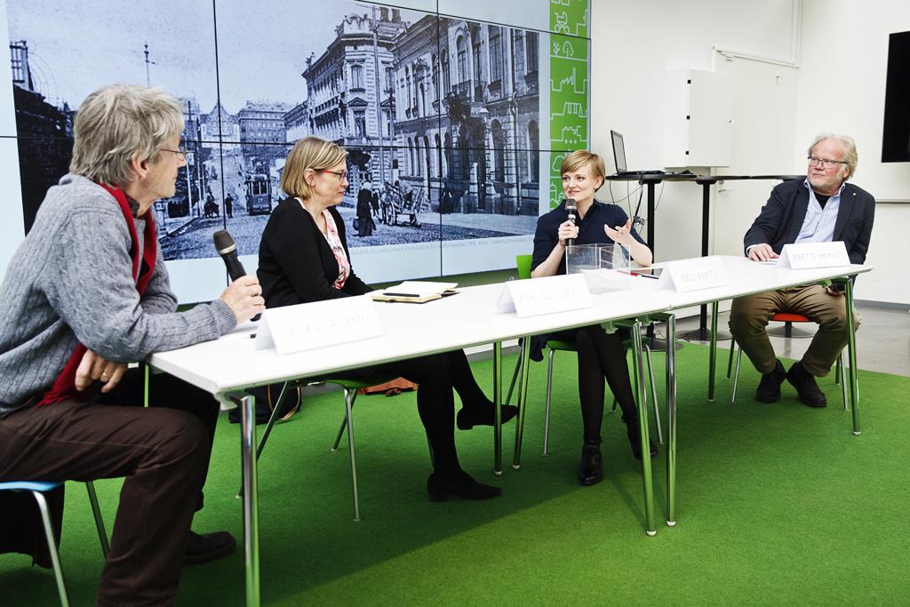 Paneldiskussion vid bord på Helsingfors stads stadsplaneringskontors mässa i maj 2017.