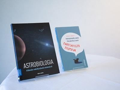 Kaksi kirjaa esillä pöydällä, toisen nimi on Astrobiologia.