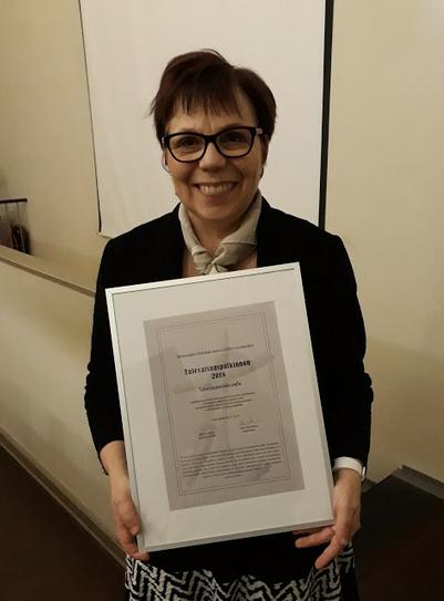 Merja Mäkisalo-Ropponen med diplom.