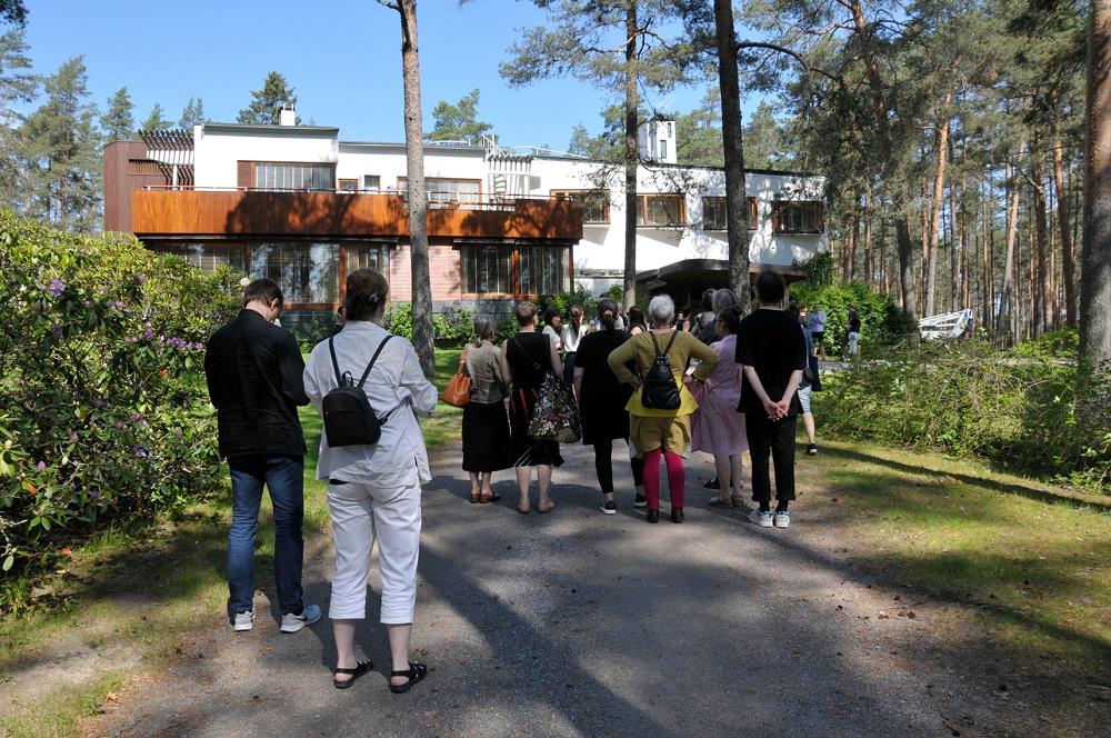 Föreningens medlemmar framför Villa Mairea.