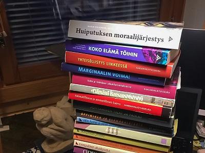 Aikuiskasvatuksen Tutkimusseuran vuosikirjoja pinossa.