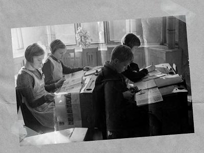Oppilaat istuvat pulpettien äärellä oppituntunnilla.