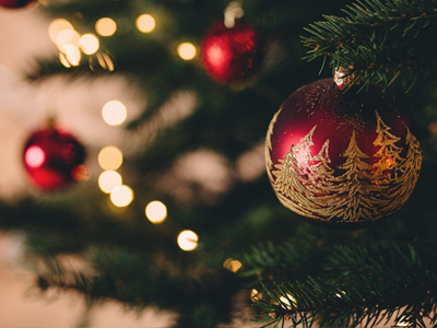 Joulukuusi on koristeltu punaisilla joulupalloilla.