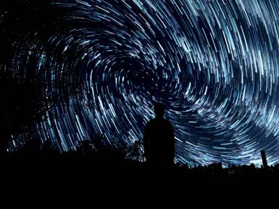 Artikkelin kuvituskuvassa ihminen tähtitaivaan alla.