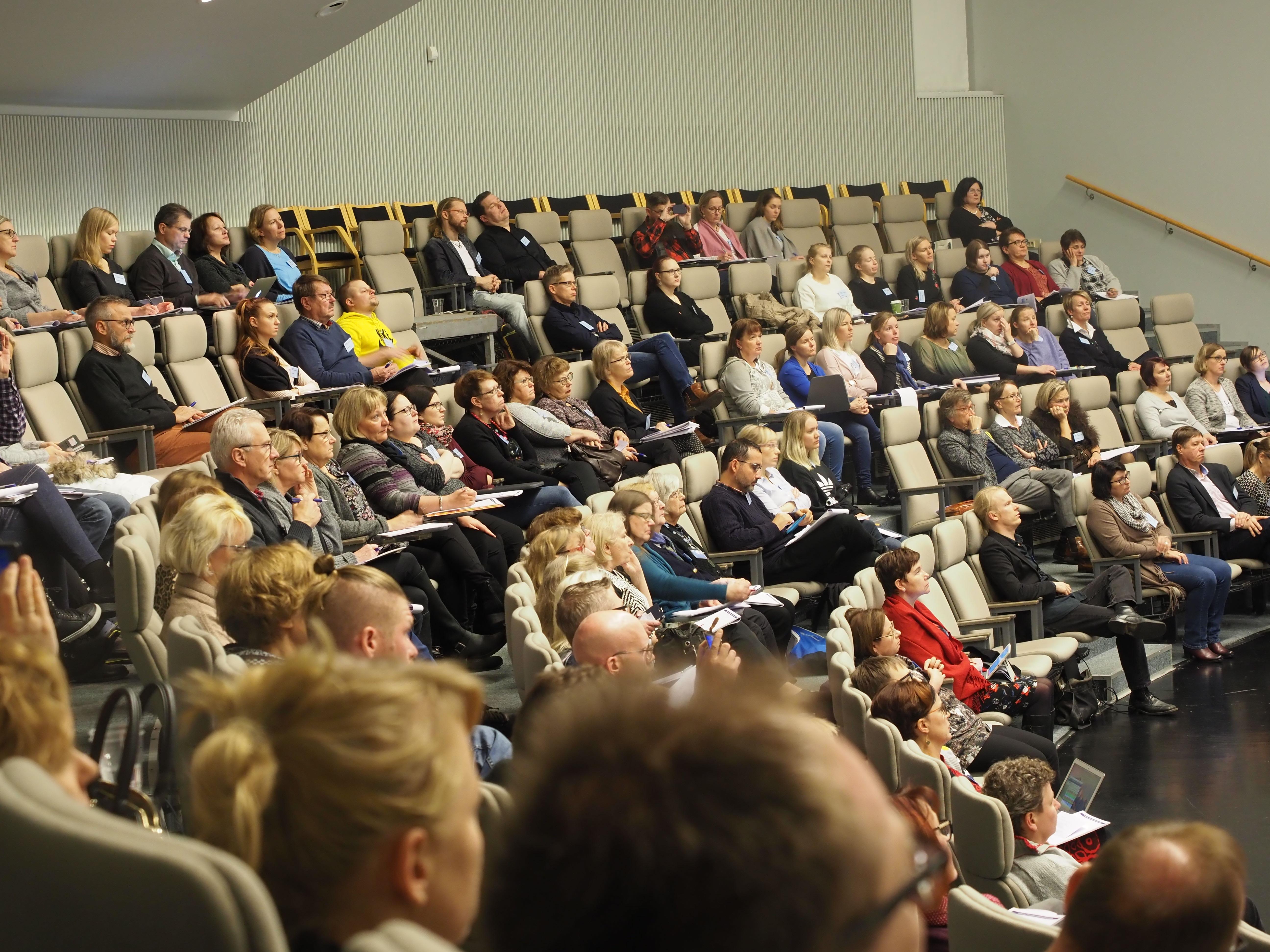 Åhörare i ett auditorium.