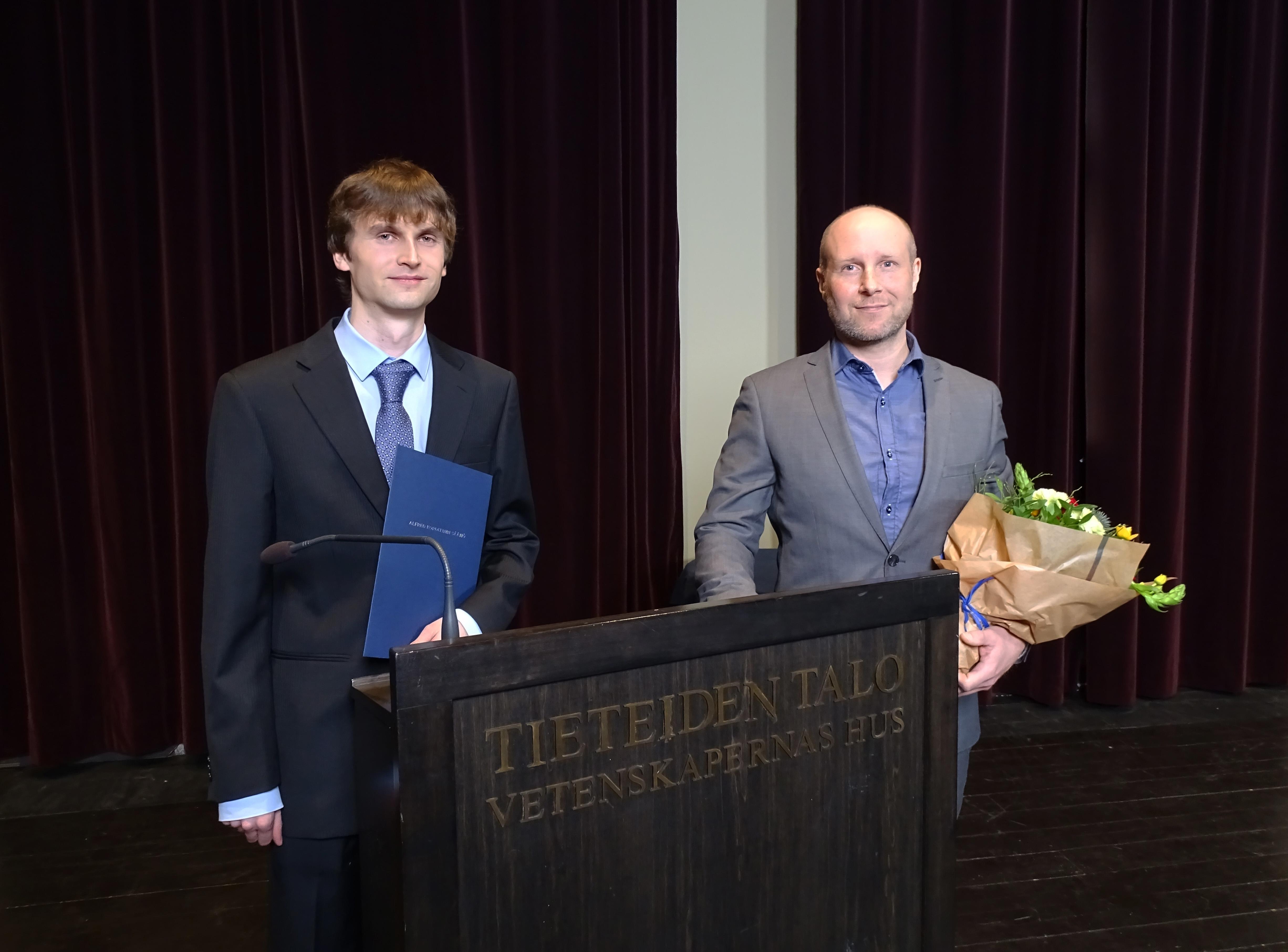 Kuvassa Tringa ry:n puheenjohtaja Aleksi Mikola ja Hangon lintuaseman asemanhoitaja Jari Laitasalo.