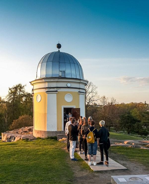 Kaivopuiston tähtitornin avaimen avulla Jonnalla on näköyhteys maailmankaikkeuteen, ja hän myös esittelee taivaankappaleita tähtitornissa vieraileville. Kuva: Ursa.