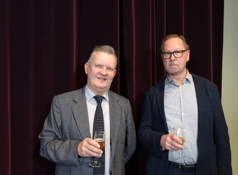 Kuvassa Vuoden tiedekirjaksi nimitetyn Tieteen vapaus & tutkijan sananvapaus -teoksen toimittaneet Kai Ekholm ja Esa Väliverronen.